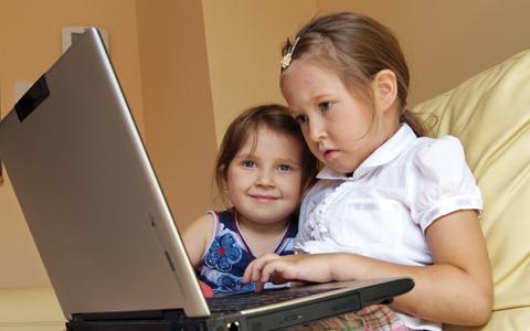 Como as crianças brasileiras usam o computador, a internet e o celular